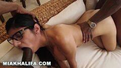 Mia khalifa sentando para dois negões deliciosos durante um filme porno que ela vai estrear junto com seu marido produtor