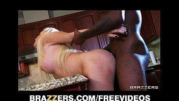 Negão botando uma loira deliciosa para sentar no pau dele na cozinha