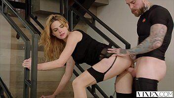 Novinha peituda deixando namorado comer ela de quatro dentro da casa dele