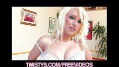 Novinha peituda mostrando toda habilidade na sinuca e se masturbando para seus macho da webcam