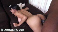 Novinha safada gozando em video de sexo com mia khalifa estrelando novo filme porno