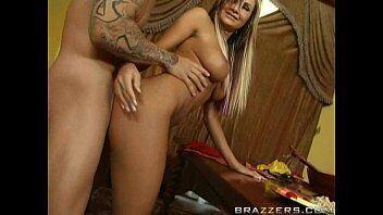 Pantera porno com uma gostosa loira que ama pessoas tatuadas para transar com ela em videos porno