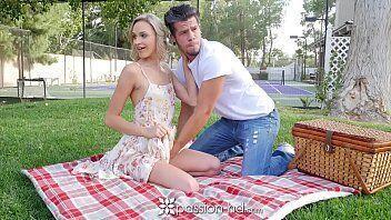 Pique nique com muito sexo entre uma loirinha sem vergonha e seu namorado bem dotado