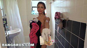Porn amateur mostra uma moradora do condominio indo ajudar seu amigo e acaba transando com o marmanjo