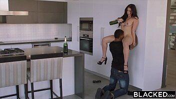Porno free mostra uma novinha tarada chegando em casa e agarrando seu namorado para um sexo