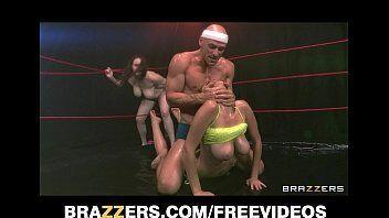 Porno morenas e loiras fazendo sexo dentro de um ringue de boxe sem parar