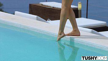 Porno na piscina tras uma gostosa super tarada com seu corpão querendo sexo com seu namorado