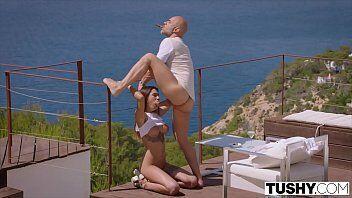Pornor em uma mansão de frente com a praia deixa essa ninfetinha para la de excitada fazendo ela fazer sexo anal