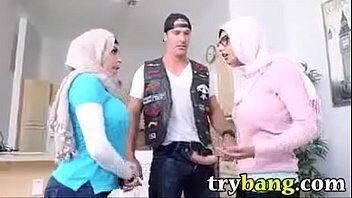 Sexo com a arabe gostosa da porra chamada de Mia Khalifa que ainda chama a sua melhor amiga