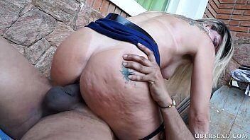 Sexo com brasileira do rabão e tatuagem na bunda deixa homem de pau duro louco para gozar na sua boquinha