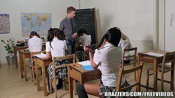 Sexo dentro da sala de aula com aluna gostosa que queria aumentar sua notinha para o professor