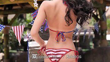 Sexo na piscina mostra uma americana super tesuda e gostosa em cima da bandeira fodendo com sarado
