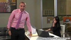 Sextube da morena safada dando para o seu patrão bem dotado no meio do escritório da putaria