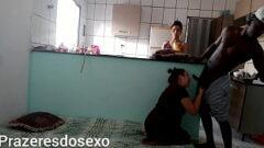 Sp love mostra uma mulher bem coberta chegando na casa do negão para fazer um sexo delicioso