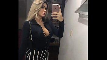 Travesti bem vestido mostrando sua bundinha deliciosa em um video porno caseiro