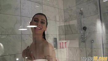 Travestis femininas tomando banho em video porno amador