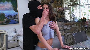 Video de sexo do ladrão roubando a casa mas transando com a dona que é mais gostosa