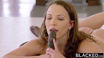 Video de sexo grátis mostra uma ninfetinha deliciosa rebolando a bunda em cima da pica do marmanjo safado