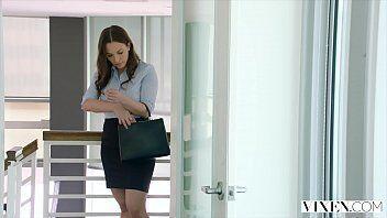 Video mostra atriz porno saindo do trabalho no escritório para ir transar com amigas e um safado
