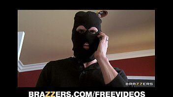 Video porno mostra bandido invadindo a casa e comendo a dona dela ao inves de roubar