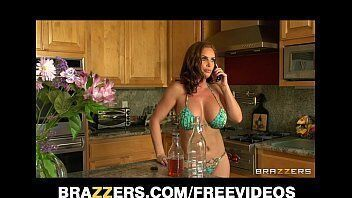 Video porno mostra uma ninfetinha deliciosa sentando com gosto na piroca do papai dela