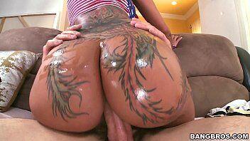 X porno da morena rabuda cheia de tatuagens nas nadegas fazendo um puta sexo anal