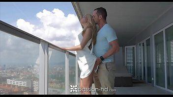 Xvideos sexo grátis mostra uma vadia abrindo as pernas para a rola desse marmanjo entrar com tudo dentro delas