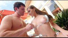 Xvido foda com o cara tirando o sutiã da novinha para então passar o ferro nela com tudo em uma cena de porno hd