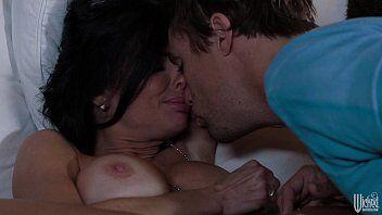 Xxx porno tras uma gostosa acordando de madrugada para ir fazer carinho no namorado que esta tendo pesadelo