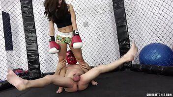 Boxeadora safada dando soco no pau do babaca otario