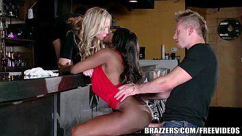 Mulata gostosa tras sua amiguinha morena para fazer um sexo hardcore com seu amigo