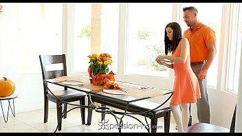 Passionhd tras uma vadia deliciosa arrumando a casa todinha para receber uma visita bem safada do seu melhor amigo