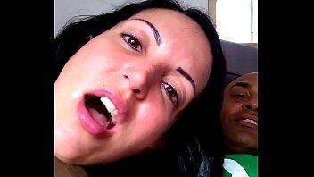 Sexo brutal tras uma puta brasileira caindo de boca na rola do negão e fazendo ele filma toda a transa entre os dois