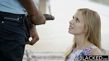 Xnxx black mostra um sexo interracial com a loira que saiu do trabalho e convidou amigo de la para visitara sua casinha