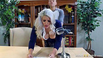 Xoxota molhadinha mostra uma coroa super tarada viciada em sexo fazendo jovem gozar dentro da sua bundinha deliciosa