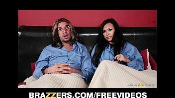 Cinema e um bom sexo é oque combina com esse casal de atores porno da brazzers que mostra como se faz um casal