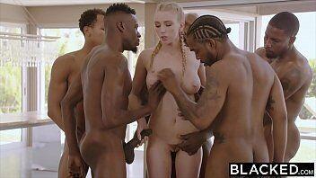 Porno online com a loirinha fazendo a alegria do afro americanos bem dotados