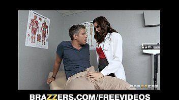 Brunnete mostrando porque se tornou a melhor atriz porno quando foi examinar o paciente diagnostica com falta de um bom sexo