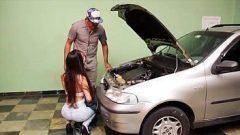 Mecânico sem vergonha passando o ferro na morena gostosa que pagou seus serviços com sexo