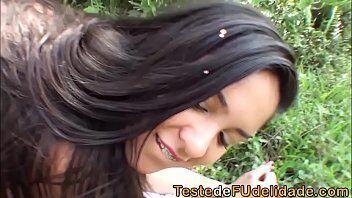 Melhor do porno brasileiro com uma novinha safada dando gostoso no meio do mato para um bem dotado