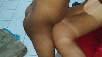 Mulher gostosa brasileira dando a buceta com consolo no cu