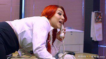Samba porn da ruiva safada transando com o seu chefe enquanto fala com o marido corno mando no telefone