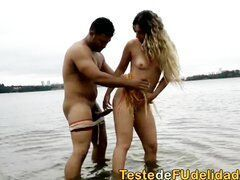 Sexo no rio ao ar livre com loira safada