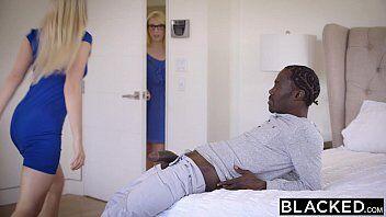 Sexo com negão deixa essa loirinha bem gulosa querendo montar em cima da pica dele para ter um sexo delicioso com o rapaz
