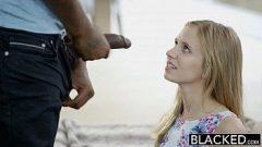 Xvideos novinhas com a loira de dezoito aninhos provando a pica grande e grossa do negao na boquinha de veludo