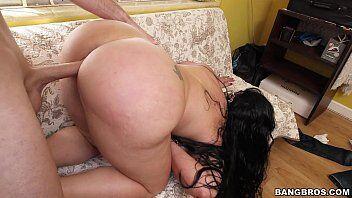 Morena bunduda galopando na rola e dando de quatro no sofá