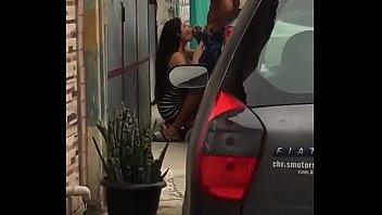 Novinha sensacional batendo um boquete ao ar livre