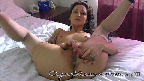 Lily Douce coçando a buceta enquanto da uma boa tragada no seu charuto
