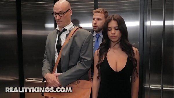 Fimes de sexo com galera do mal transando dentro do elevador