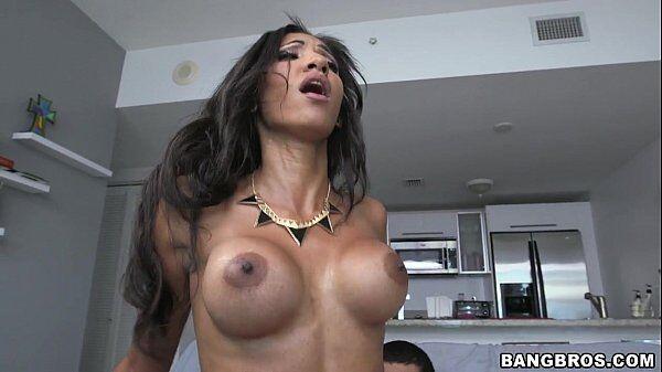 Latina peitudinha levando uma ferrada bem boa enquanto quica gostoso na vara